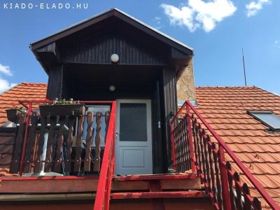 Csendes helyen tetőtéri lakás teljes rezsivel kiadó